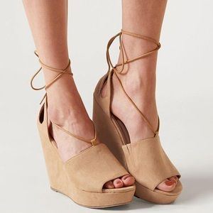 Feryl Robin Lace Up Wedges. Size 8.